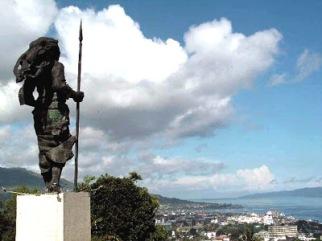 Ambon-Tugu Kristina Martatihahu dengan latar Kota Ambon.jpg